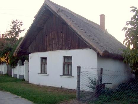 Műemlék, régen ilyen pici nádas házból volt a legtöbb a faluban