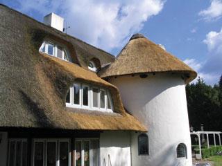 Elegáns nádtetős ház
