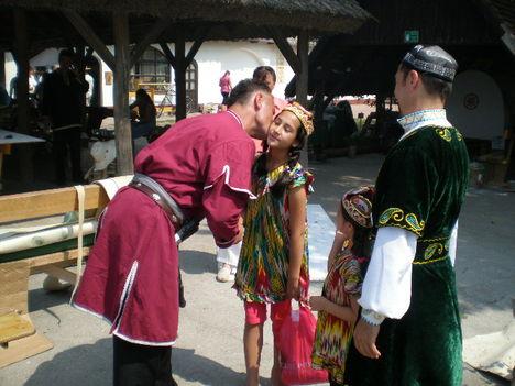 Ujgur kislányt puszil Feri