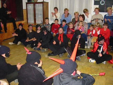 2003 Mikulásnapon az óvodások és iskolások 6