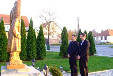 Nátz Miklós és Sárvári István képviselők koszorúznak a  Pesti  srác szobránál, 2010