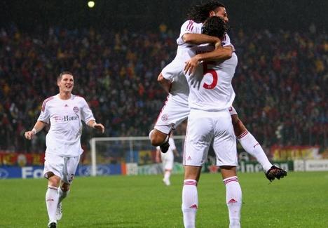 Demichelis, Schweinsteiger, Van Buyten (Bayern München) a Steaua ellen