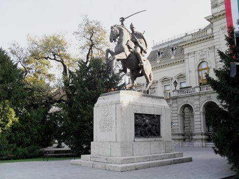 Lovshuszár szobor óldalnézetből