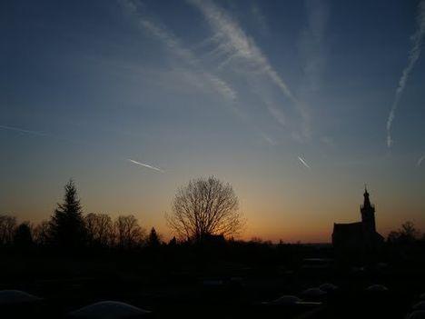 Napkelte-Háttérben a Szent Mihály templom.