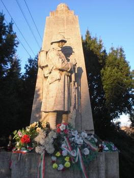 Az I., és II. világháborús emlékmű a templomkertben