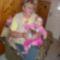 Chapó Gréta a mamája karjaiban a csomaggal