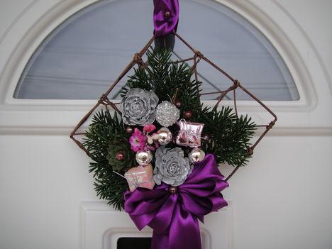 Lila-rózsaszín az egyházi advent színei. Bátran használjuk!
