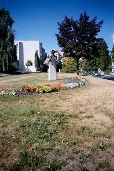Egy szobor a sok közül egy park a sok közül (Ifjúság utca)