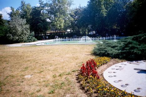 Szökőkút a Hild-Parkban,és Nap-óra a virágok közt