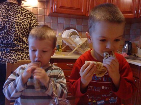 unokáim palacsintát esznek