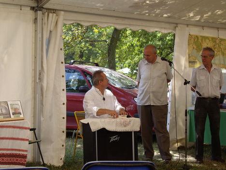 Dr.T.Túri Gábor dedikál a Pytheas könyvkiadó sátrában Bösztörpusztán (Nyisd fel a szemed és lássál)
