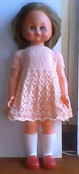 Járóbaba körbekötött csipke ruhában