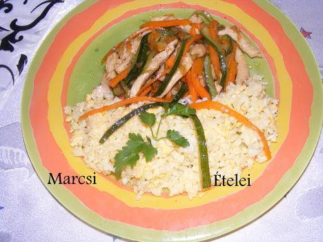 Zöldséges csirke tojásos rizzsel