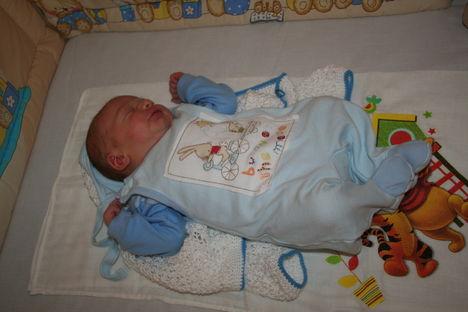 Ádám  1 hetes legkisebb unokám