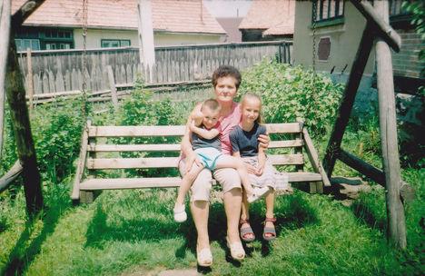 IMG Édesanyám az unokákkal itt nálunk