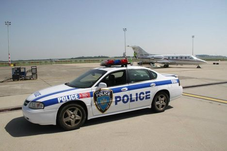 NYPD, azaz New York-i rendőrségi kocsi a ferihegyi betonon. A business jet sem lesz sokáig magyar lajstromjel alatt.