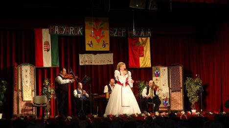 László Mária költőnő- nótagála -Újpest -2013 ... 13