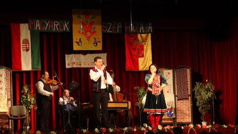 László Mária költőnő- nótagála -Újpest -2013 ... 14