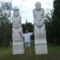 Két munkás szobra, közöttük én
