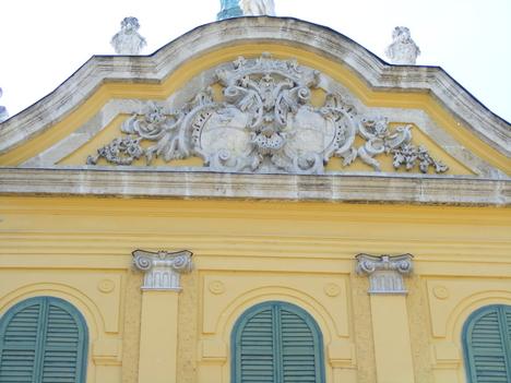 A kastély homlokzata a családi címerekkel