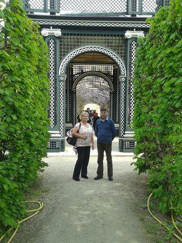 A  császári család  kertje, árnyat adó  lugassal.