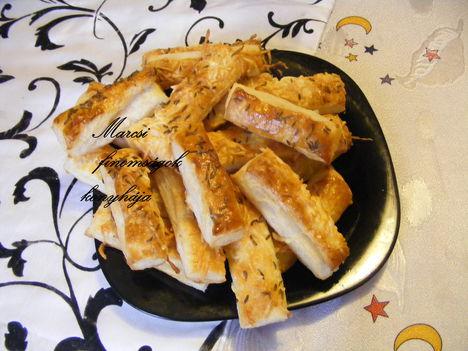 Hájastésztából sajtos rúd