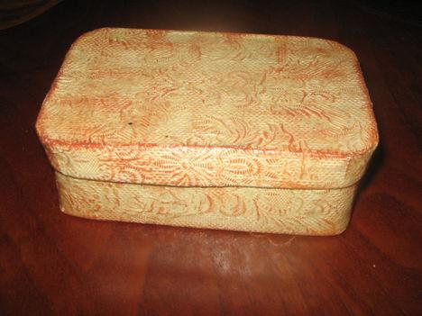 csipkével borított doboz