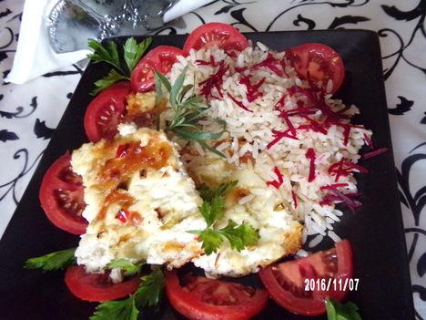 Sült karaj sajttal és céklás rizzsel