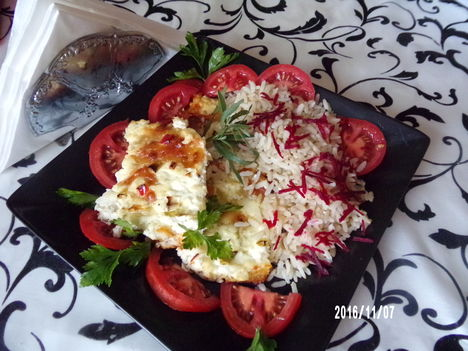 Sült karaj sajttal és céklás rízzsel