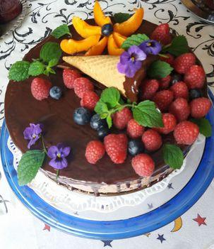 Csokoládés torta gyümölcsökkel