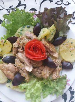 Fokhagymás csirke petrezselymes burgonyával és szilvával