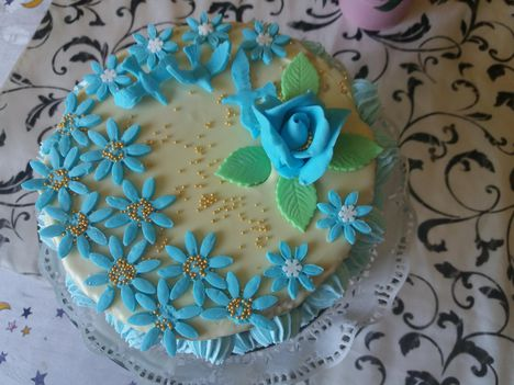 Születésnapi  kékvirágos torta