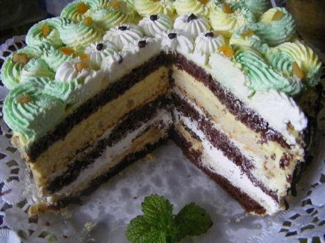 Négykrémes torta szeletelve