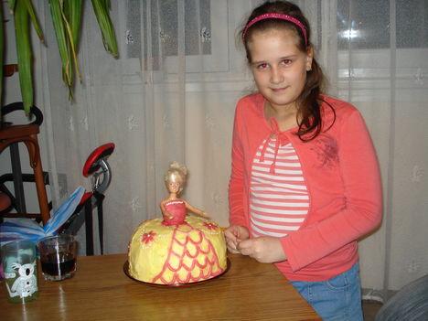 Kép 019 Szandika és a barbi torta