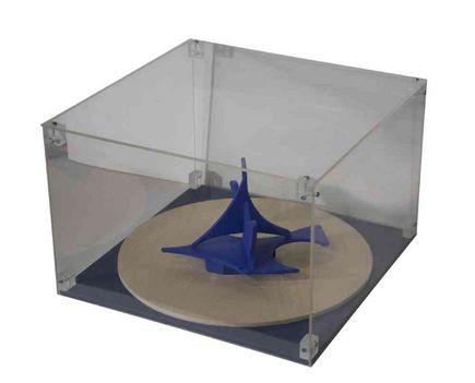 515 - Tilless Béla - Kék madár, 1981. 20x30x30cm - Festett fa plexi dobozban 0299
