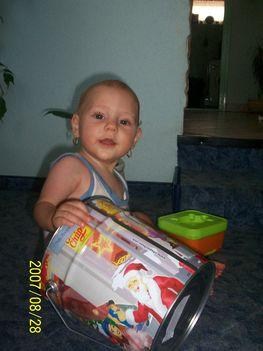 037 - Kis embernél nagy doboz