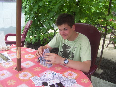 Akkor is felépítem a kártyavárat! Tomi unokám