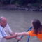 Apa a lányát segítí a vizbe.