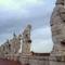 fent a szobrok a Szent Péter tér tetején