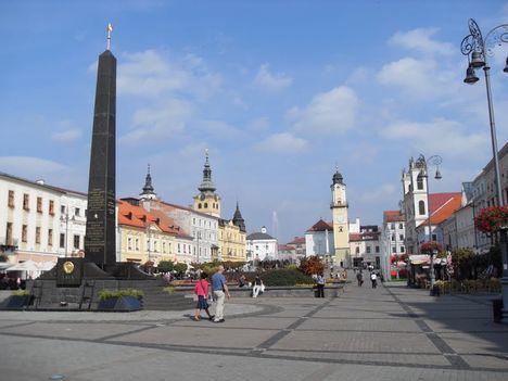 Besztercebánya főtere a fekete márvány szovjet emlékművel!