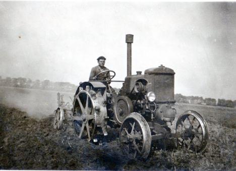 Az izzófejes lendítőkerekes körmös traktor szántás közben 1950