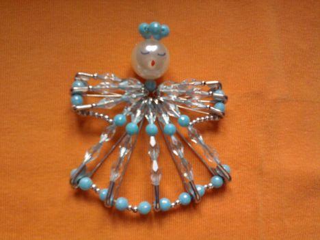 kék-ezüst angyal biztosítótűből és gyöngyből