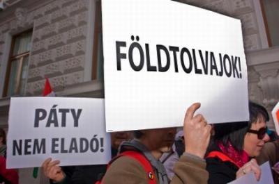 Sándor a Páty Nem Eladó Tüntető Táblával 2010 03 24-én a Spanyol követség előtt.